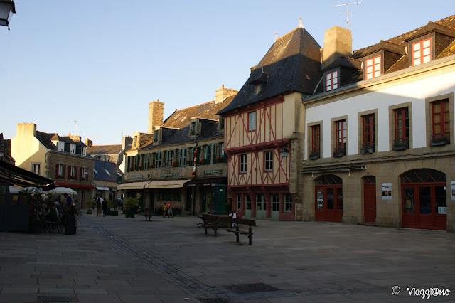 La bella Piazza Guenolé della Ville Close di Concarneau
