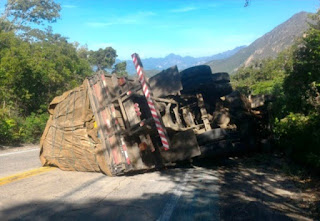 Caminhão carregado de maracujá tomba