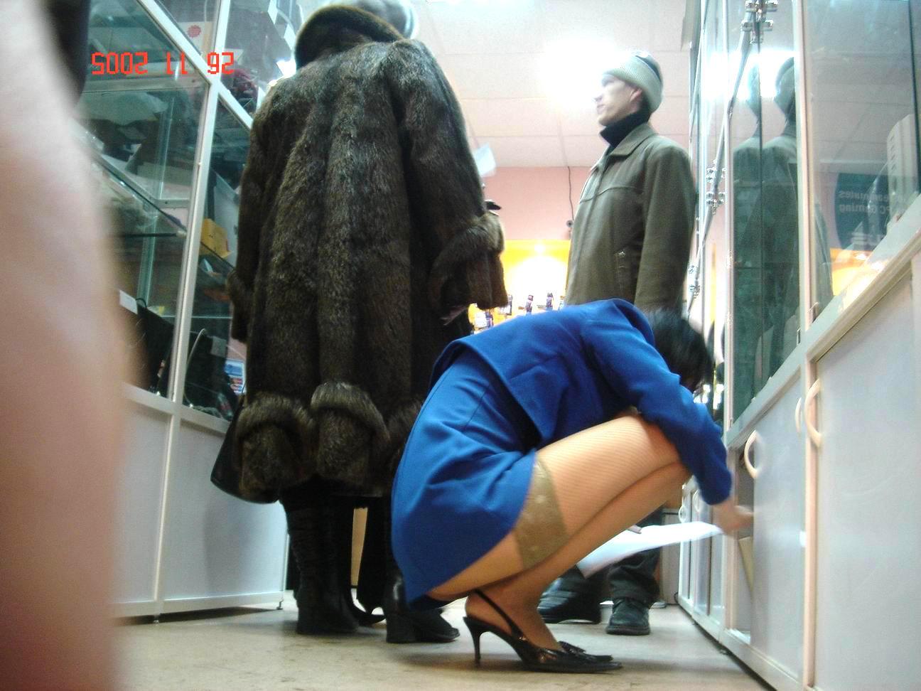 2 femmes en minijupes admirent la branlette french - 5 7