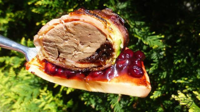 Grillowana wątróbka indycza podana na grillowanym jabłku ze słodko pikantnym sosem z granata  grill bbq sos marynata broill king śliwka suszona kalifornijska przepis cukinia z grilla bakłażan boczek grillowany mechanik w kuchni catering grillowy