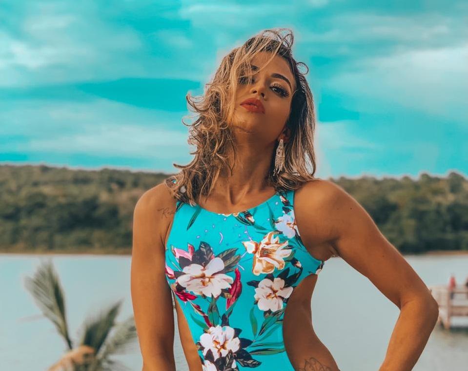 Musa fitness Lari Drummond sensualiza de biquíni em ensaio com produção de estrela