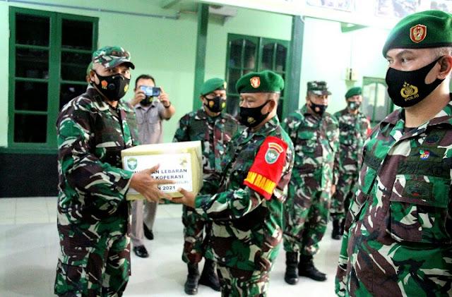 Dandim 0101/BS Berikan Paket Lebaran Kepada Prajurit dan PNS Jajarannya