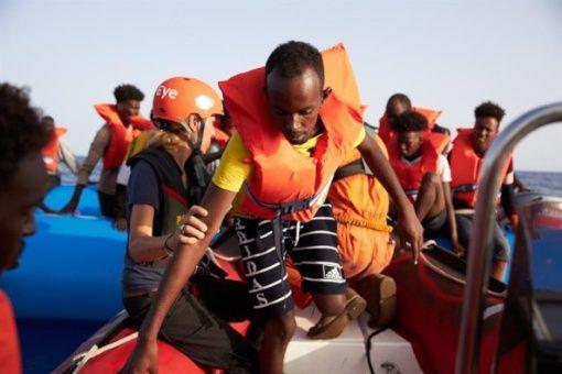 Barco alemán con 65 migrantes pide ayuda ante negativa de Malta