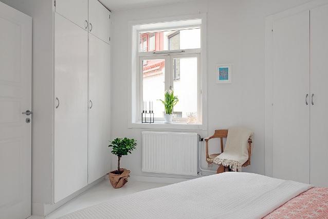 Un apartamento nórdico con suelo de madera y baldosa hidráulica