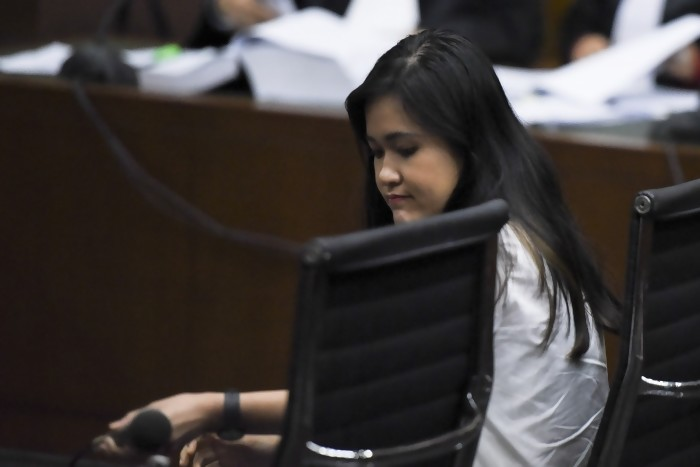 Sambil Tertunduk, Akhirnya Jessica Dituntut Hukuman 20 Tahun Penjara
