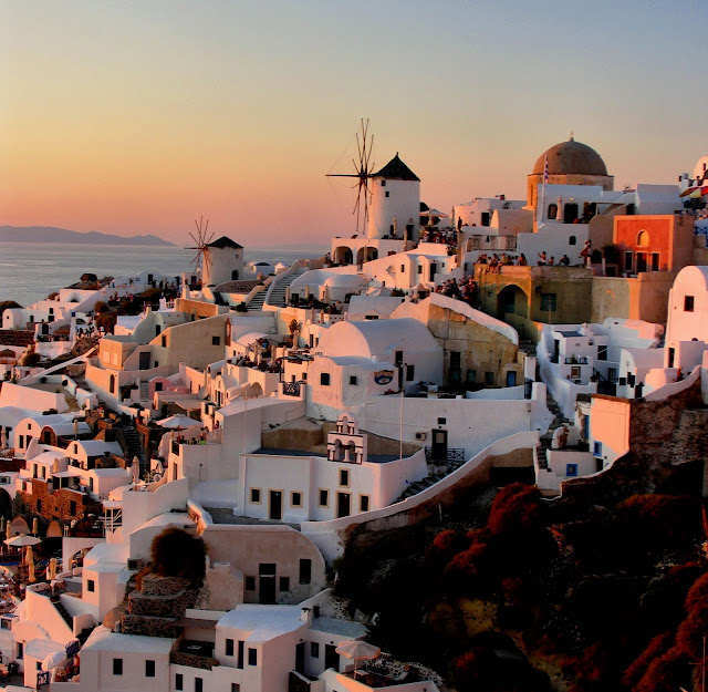 Oia, Santorini, Greece, at sunset. Photo: Karol M / WikiMedia.org.