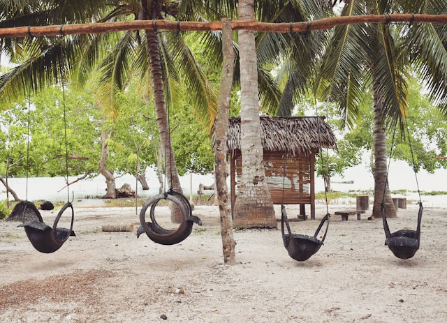Wahana Bermain, Ayunan  Terbuat Dari Ban Bekas, Menghiasi Teluk Damai Beach