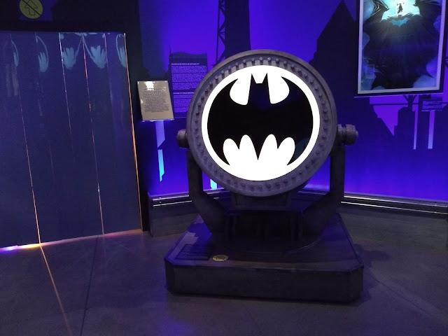 Bat-sinal na exposição Batman 80