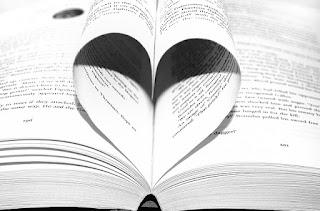Buchseiten zum Herz geformt