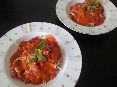 Spaghetti z pieczoną papryką i fetą w sosie paprykowym