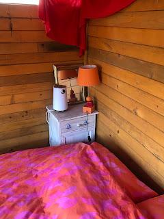 petit meuble de chevet du chalet nature, acheté à Pornic il y a 15 ans . Une bouilloire est venue s'ajouter pour faire quelques boissons chaudes