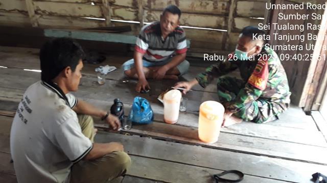 Personel Kodim 0208/Asahan Komsos Jalin Komunikasi Yang Baik Dengan Warga Desa Demi Menghindari Penyebaran Covid-19