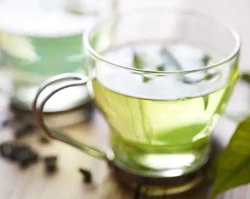 يحتوي الشاي الأخضر على خصائص مضادة للأكسدة ومركبات أخرى تساعد على خفض مستويات الكوليسترول الضار في الدم
