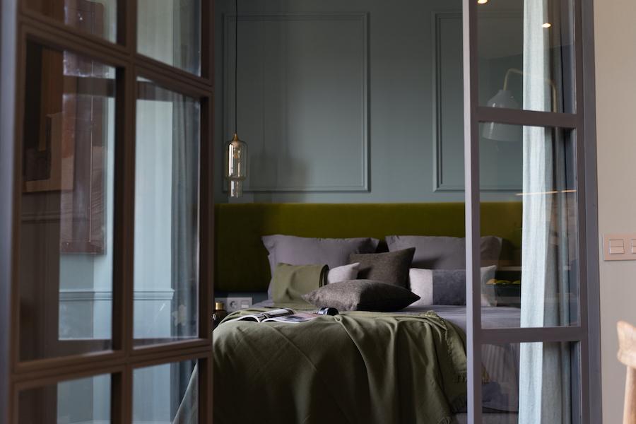 Dormitorio con puertas de cristal y hierro
