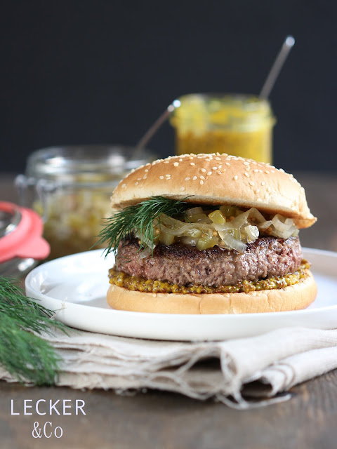 Foodblogger, lecker, Blog, Foodblog, Yummy, selbstgemacht, homemade, Blogger, Tina, leckerundco, Rezept, Foodfotografie, foodphotography, Burger, Juicy Lucy, Juicy Lucy Burger, Cheeseburger, Cheese Burger, Juicy Burger, Lucy Burger, BBQ, Relish, Gurken Relish, Gurkenrelish, Senfkörner, Senfgurken, Senfrelish, Gurken