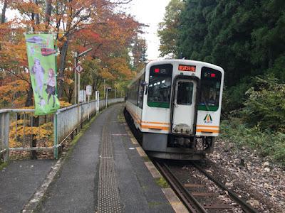 塔のへつり駅を出る会津鉄道の列車