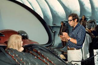 El director Roger Vadim con la actriz Jane Fonda durante la escena del máquina de placer
