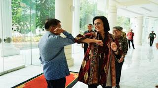 Pejabat Istana Beri Contoh Salam Siku, Moeldoko : Itu Cara Bagus, Kalau Salaman Ada Risiko