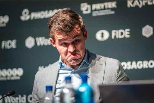 Débrief de la partie n° 6 : la stupéfaction de Magnus Carlsen après qu'on lui ait annoncé que Fabiano Caruana avait un mat forçé selon les machines - Photo © site officiel