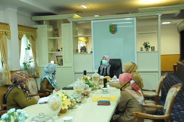 Viral Petang (07/04/2020) Bandar Lampung -- Wakil Gubernur Lampung Chusnunia Chalim lakukan rapat koordinasi dengan tim pelaksana Smart Village Provinsi Lampung Tahun 2020