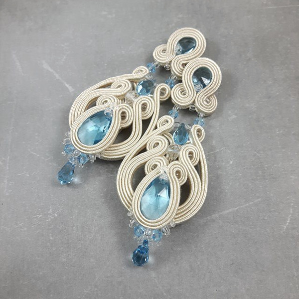 Ażurowe, kandelabrowe kolczyki ślubne sutasz ivory i serenity blue