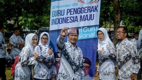 Kritik Tagline Jokowi soal Guru, Rocky Gerung: Orang Menderita Kok Disuruh Menggerakkan