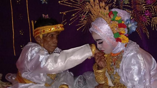 Pernikahan Kakek 58 Tahun-Gadis di Bone, Cinta Bersemi di Kebun Cokelat