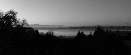 Ritocco di una mia vecchia foto. Naturalmente non è la stazione di Monza citata subito qui sotto ma un mare di nebbia visto dall'alta Brianza.