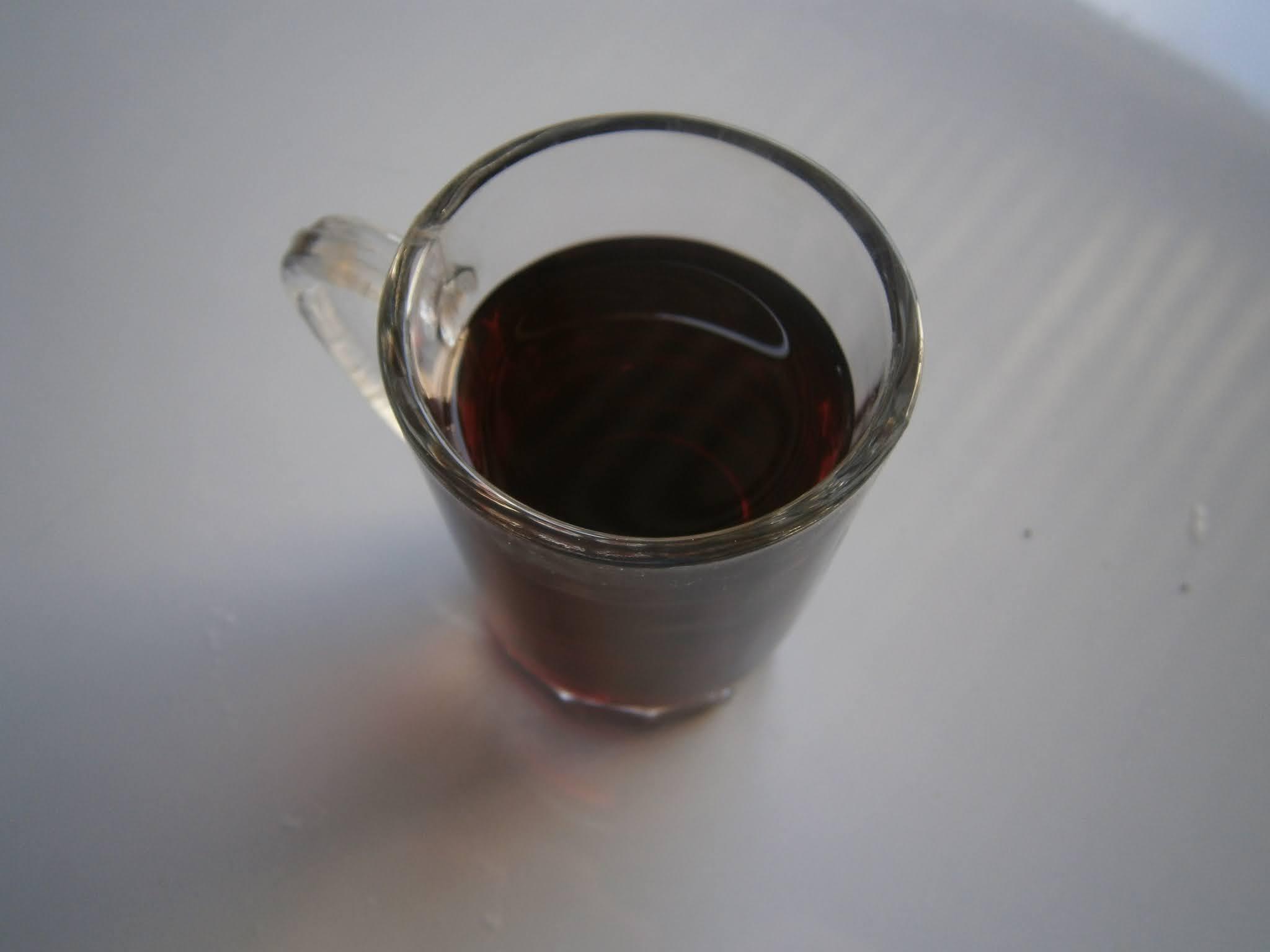 Vaso de vino pequeño puesto sobre un fondo de color blanco