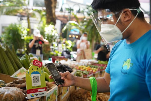 Customers shopping experience via PayMaya QR at Eastwood City's Harvest to Goodness