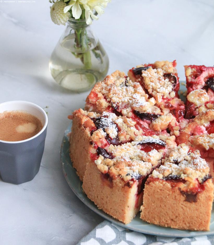 Pflaumenkuchen mit Streuseln und Tonkabohne