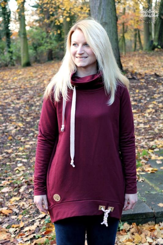 Frau trägt Pullover Tante Herta mit Kragen aus bordeaux rotem Sweat Schnittmuster von Echt Knorke