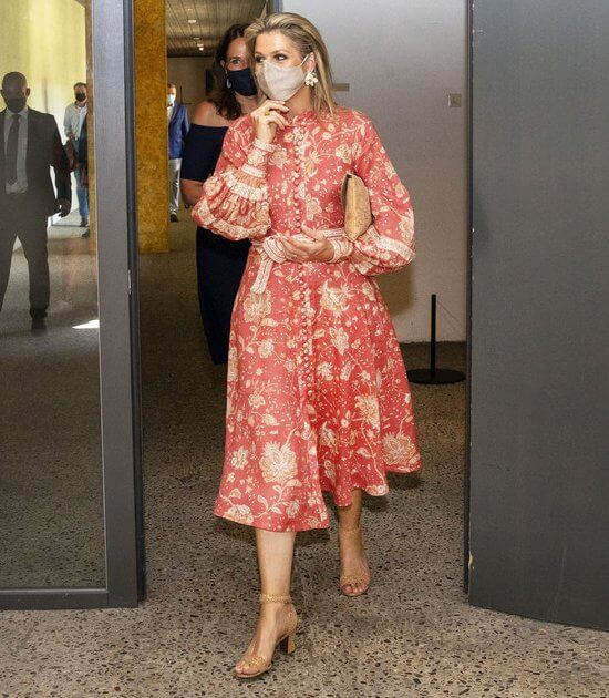 Queen Maxima wore a veneto border paisley print linen dress from Zimmermann. Queen Maxima wore floral earrings from Zara