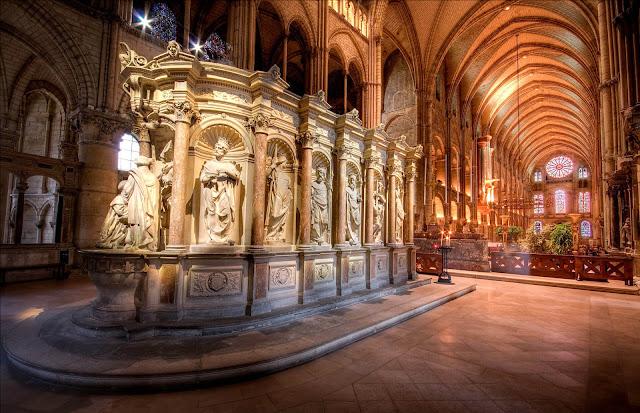 Nhà thờ Reims từng được biết đến như một bệnh viện, tuy nhiên nó gần như đã bị phá hủy trong quá khứ vì bom đạn. Mãi một thời gian sau, vào năm 1919, nhà thờ Reims mới bắt đầu được con người phục dựng. Đến năm 1938 thì mở cửa trở lại phục vụ du khách cho đến tận bây giờ.