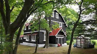 マンサード屋根の旧出納邸