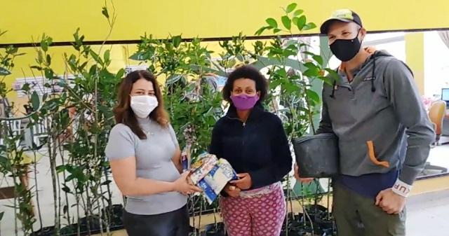 Moradores da Ilha contribuem com doação de alimentos em troca de mudas de plantas nativas