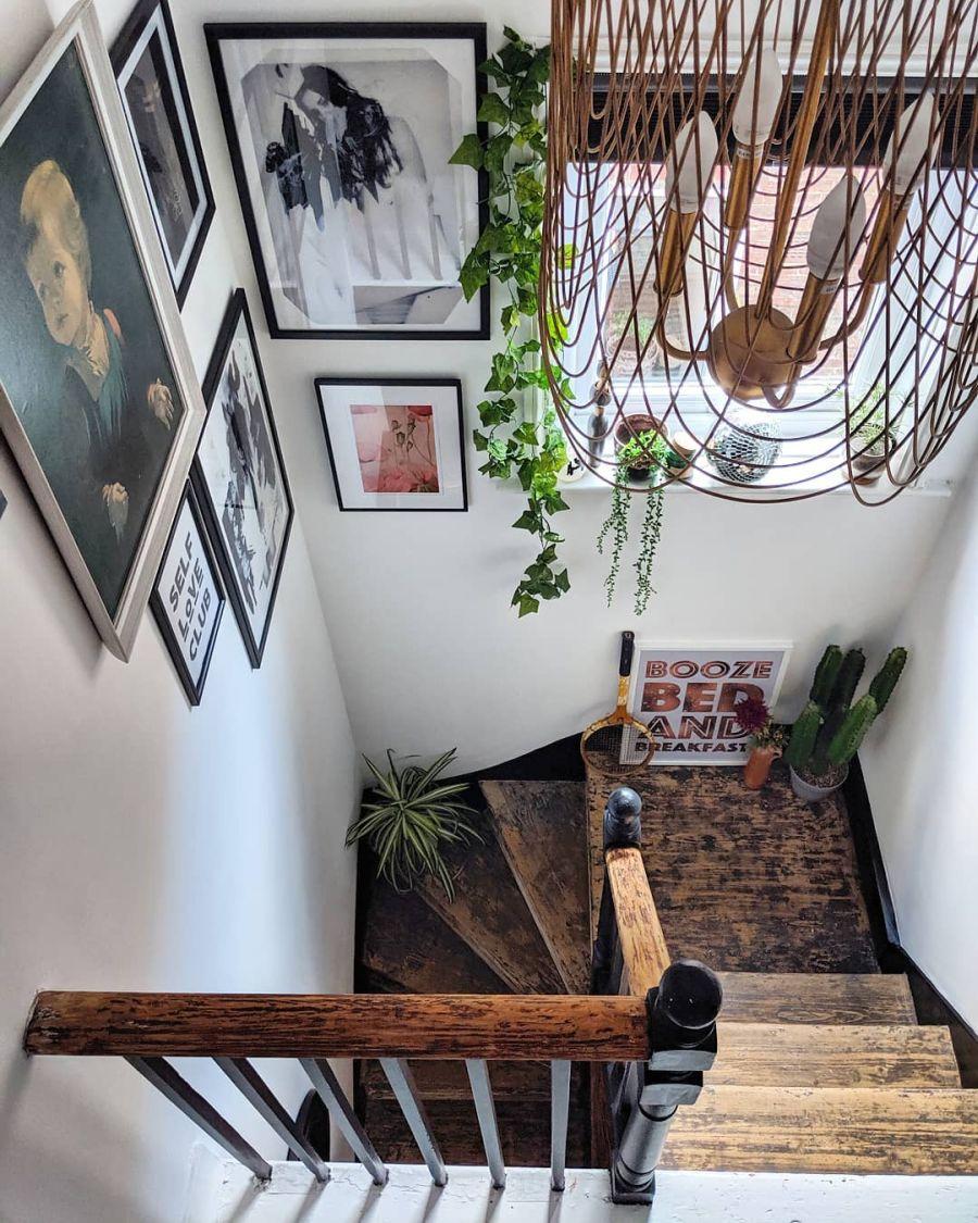 Przytulne wnętrze z intensywnymi akcentami, wystrój wnętrz, wnętrza, urządzanie domu, dekoracje wnętrz, aranżacja wnętrz, inspiracje wnętrz,interior design , dom i wnętrze, aranżacja mieszkania, modne wnętrza, schody, drewniane schody