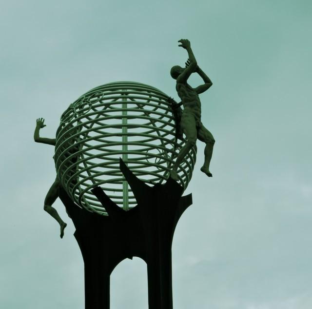 esculturas en la plazoleta de los heroes