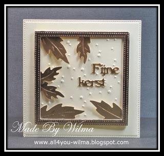 Een kleine kerstkaart met een gouden frame en gouden blaadjes. A small Christmas card with a golden frame and golden leaves.