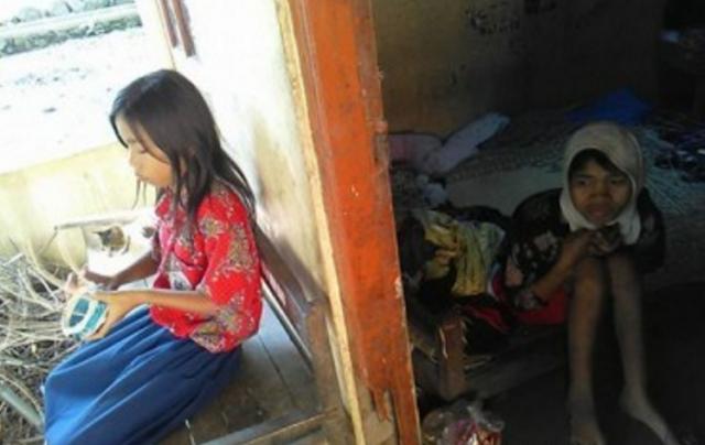Luar Biasa.. Bocah 11 Tahun, Ini Rawat Ibunya yang Lumpuh Sendirian.