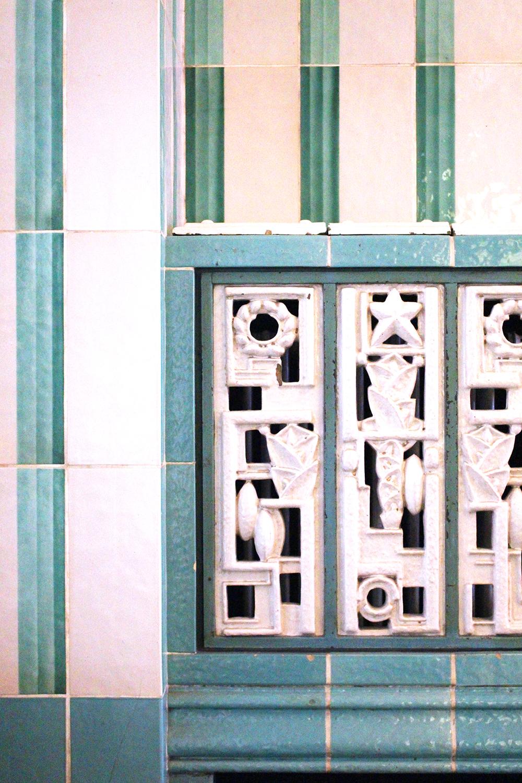 Original glazed tiles at Ellington Hotel, Berlin - travel & lifestyle blog