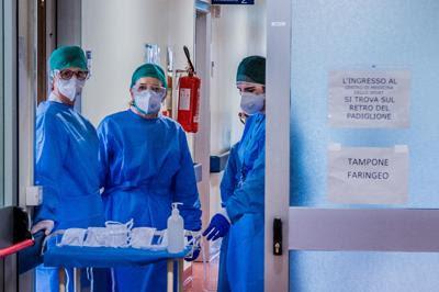 Dottori e infermieri in ospedali