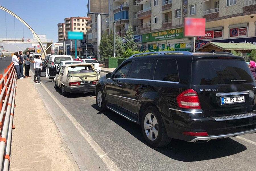 Diyarbakır Yenihal Kavşağı'nda 5 aracın karıştığı zincirleme kazada 1 kişi hafif yaralandı
