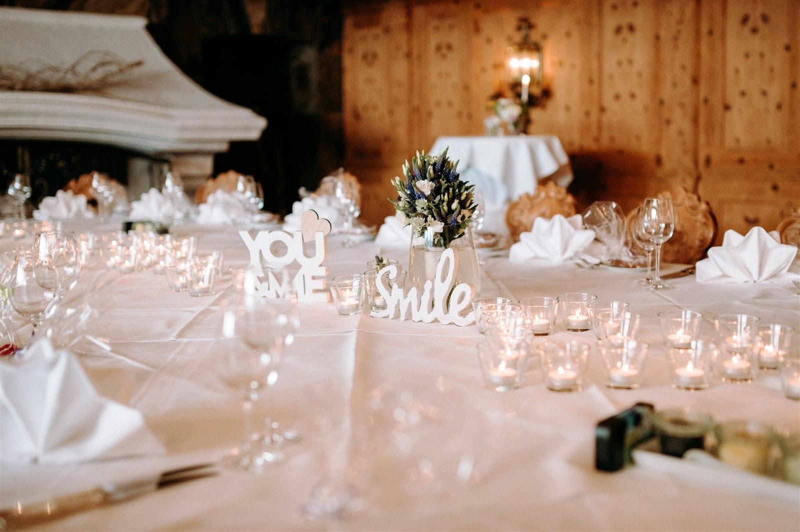 wedding table, Mountain wedding, Berghochzeit, destination wedding Bavaria, Wallgau, photo credit Magnus Winterholler Gipfelliebe, wedding planner Uschi Glas 4 weddings & events