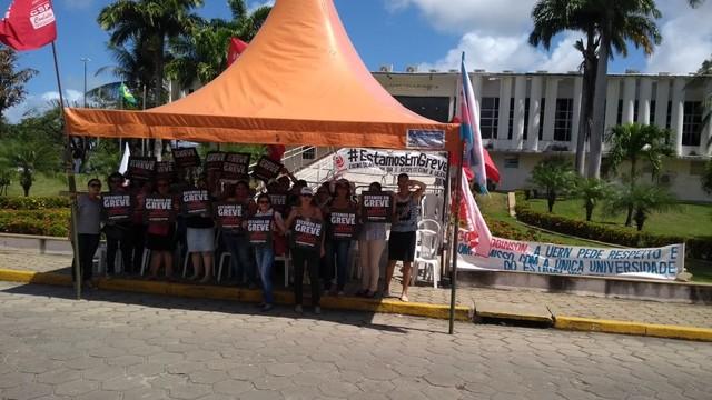 Em greve, servidores da Saúde e professores da UERN fazem manifestação em Natal