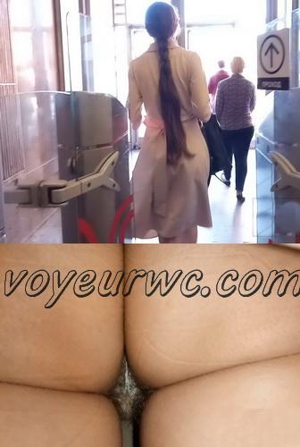 Upskirts 3927-3946 (Secretly taking an upskirt video of beautiful women on escalator)