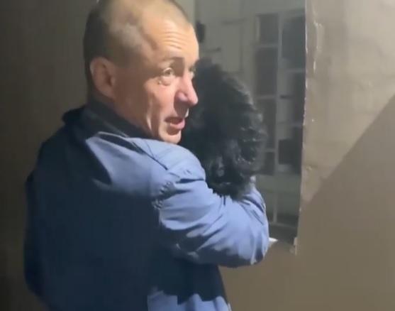 В Киеве нетрезвый мужчина выбросил из окна 4 этажа собаку и запрещал прохожим помочь животному!