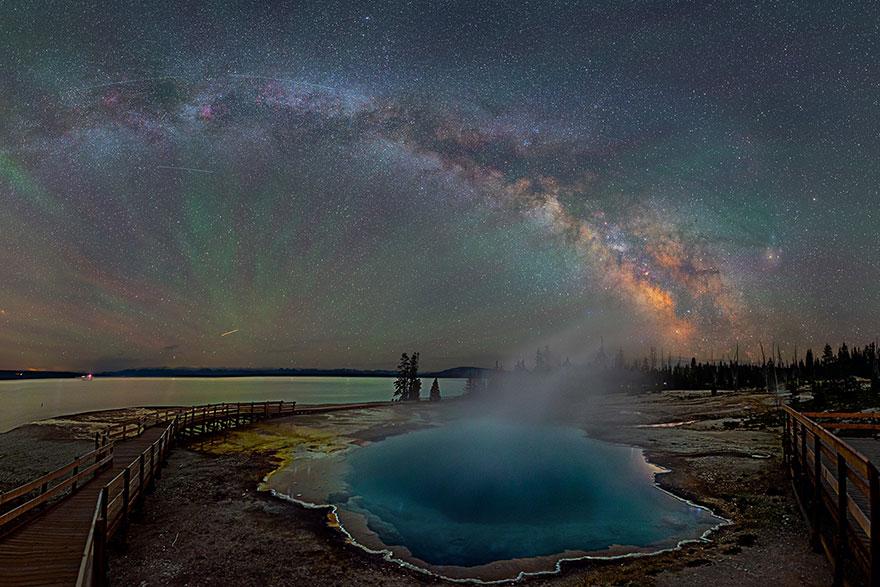 Ο γαλαξίας πάνω από το Yellowstone είναι υπέροχος! (Εικόνες)_omorfos-kosmos.gr