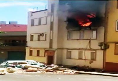 Bomberos buscan posibles víctimas  entre los  escombros tras la explosión en una vivienda de Agüimes