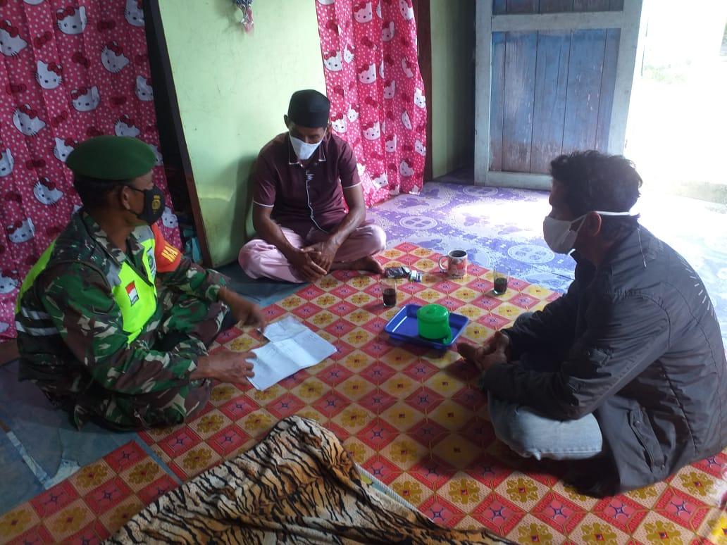 Babinsa Desa batu Gajah Lakukan Komsos Dengan Ketua RW 004 Damar Dusun I